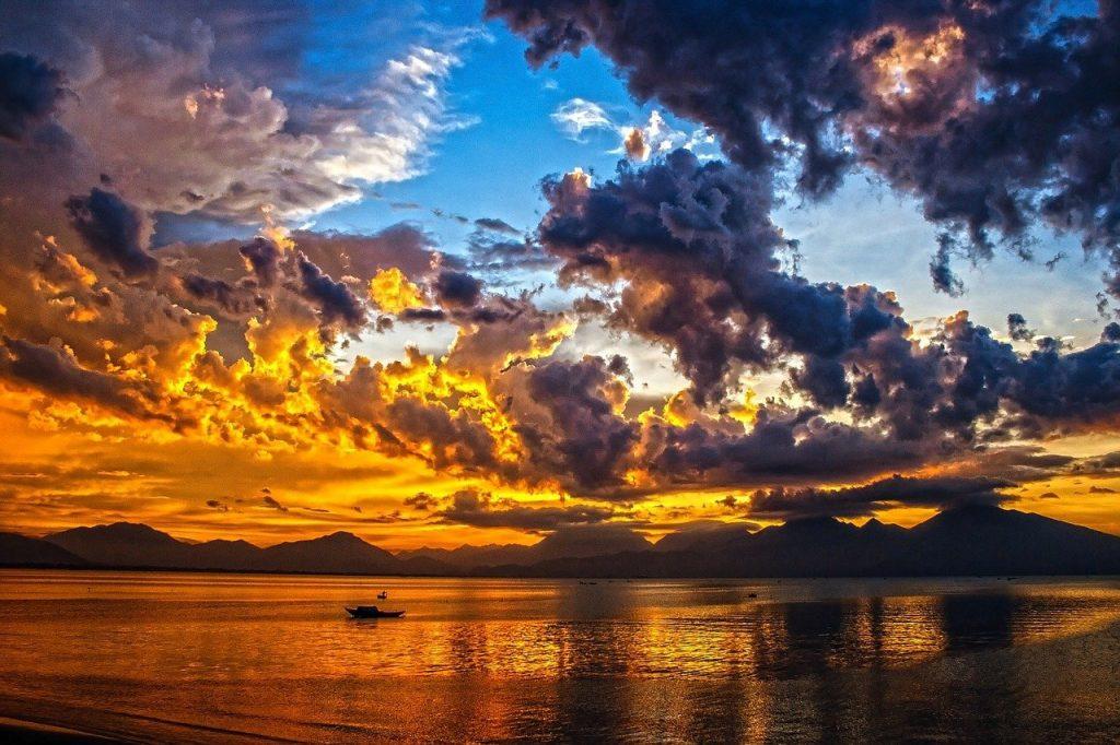 Voyage de rêve sur la mer au soleil couchant